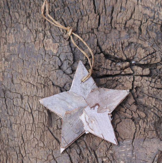 Una estrella navideña realizada en madera sin ningún tipo de decoración. La madera es bonita por sí sola.